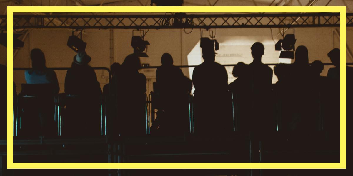 """Es ist Samstag der 10.06.2017, der 3. Festival Tag auf dem PROSANOVA17 ist im vollen Gange. Inmitten einer dunklen und für die heißen Sommertage entsprechend angenehm, kühlen leerstehenden """"Dieselhalle"""" treffen die taz-Redakteurin und Autorin des 2017 erschienenen Romans Ellbogen, Fatma Aydemir, und ihr Lektor Florian Kessler aufeinander und Laden zum Gespräch. Sie unterhalten sich darüber, wie ihre Zusammenarbeit zustande kam, wie sich die Beziehung zueinander und vor allem zur jungen deutschen Gegenwartsliteratur inklusive Publikum und Kritiker*innen verändert hat. Ein spannendes Gespräch darüber, was zwei politisch denkende und engagierte Köpfe im Literaturbetrieb lesen wollen würden. Über das Wie und Für und Wider, identätspolitischer Autofiktion, unversöhnlicher Romanfiguren und Kesslers Abschied vom Happy End."""